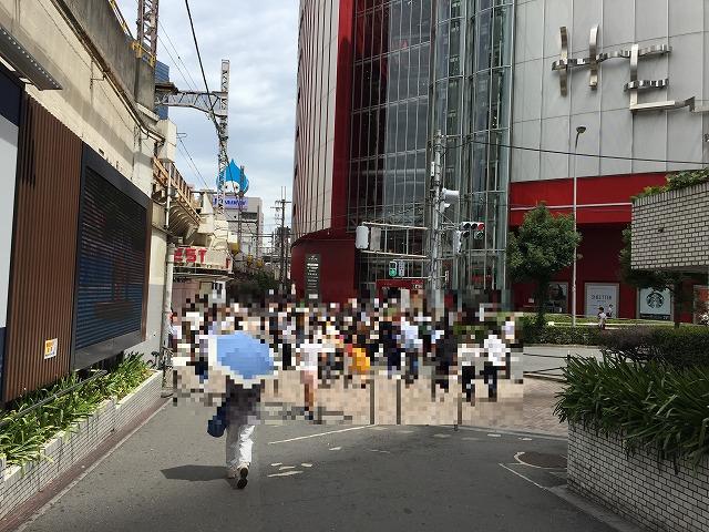 JR大阪駅からヘップファイブ・赤...